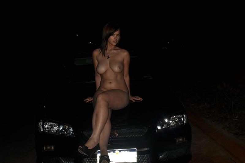 Грудастая сучка сексуально разделась и подрочила киску в машине