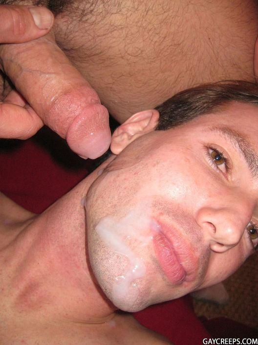 Молодой гей разбудил спящего товарища и настучал хуем по губам