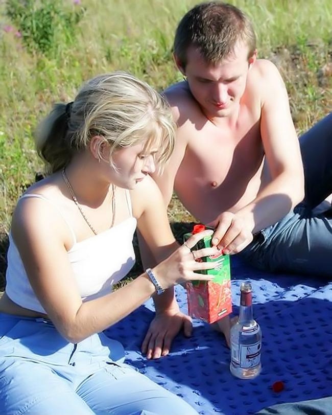 Пьяную красавицу выебали на пикнике