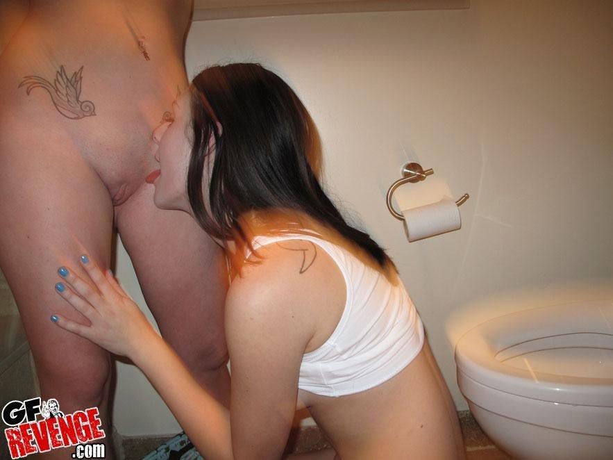 Две привлекательные брюнетки в туалете показали свои горячие дырочки