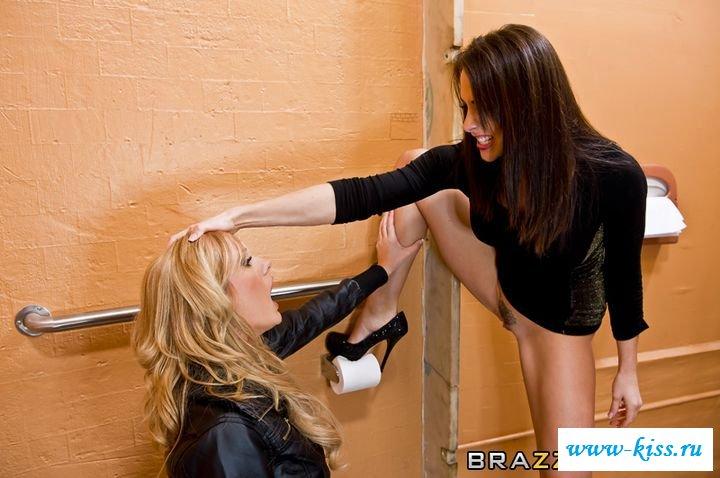 Голые лесбиянки забавляются прямо в туалете
