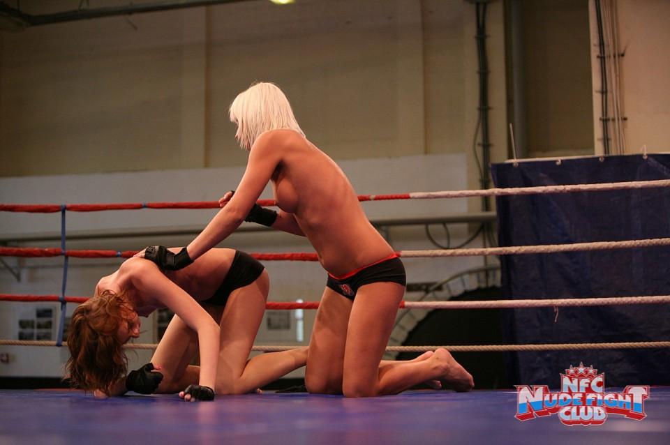 Горячие Leyla Peachbloom и Sandra Seashell трахают киски друг друга язычками и пальчиками на ринге