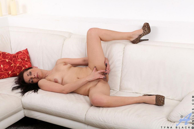 Классная, зрелая красотка Tyna Black снимает платье и играет со своей возбужденной, розовой киской
