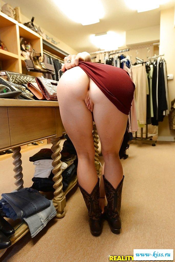 Раздетая покупательница нагнулась в магазине