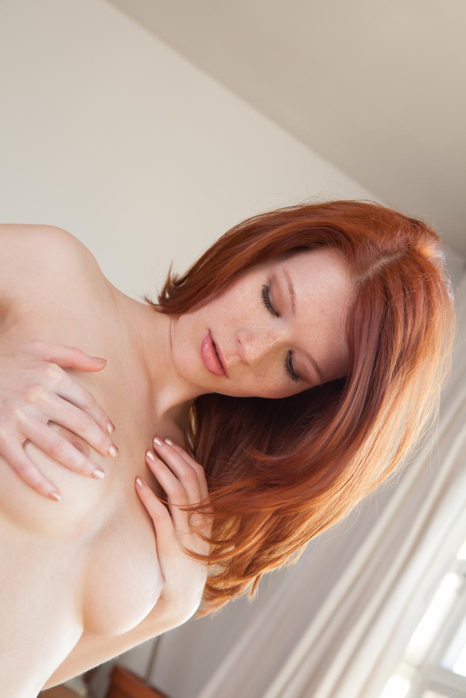 Хоть у рыженькой Mia Sollis и очень узкая киска, она все равно умудряется наполнить ее пальчиками