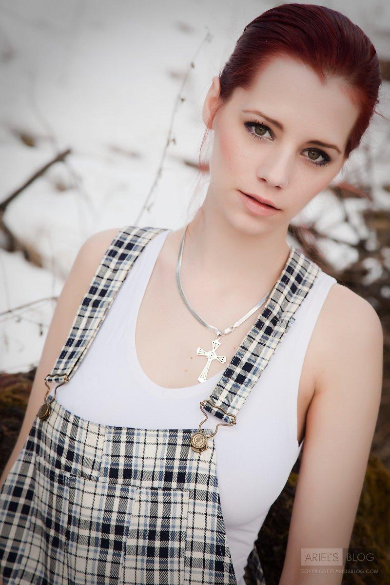 Рыжая детка Piper Fawn достает свою идеальную грудь в заснеженном лесу