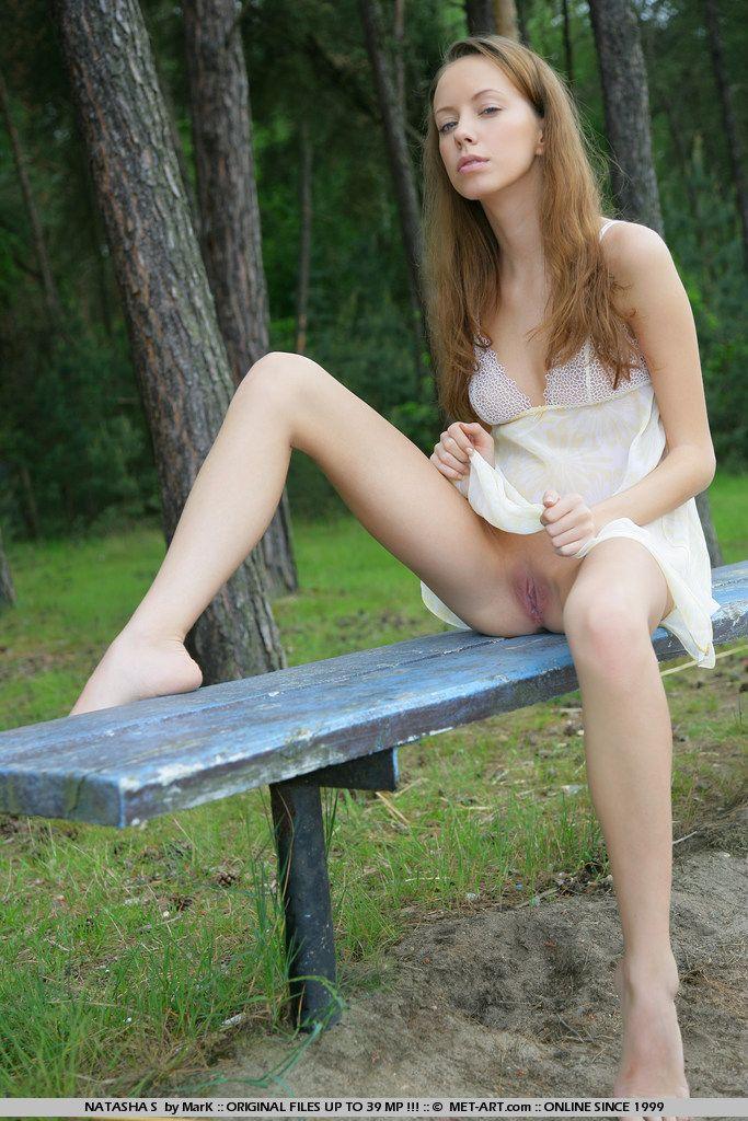 Рыжая девочка-подросток Nastya Nubiles находит скамейку в лесу
