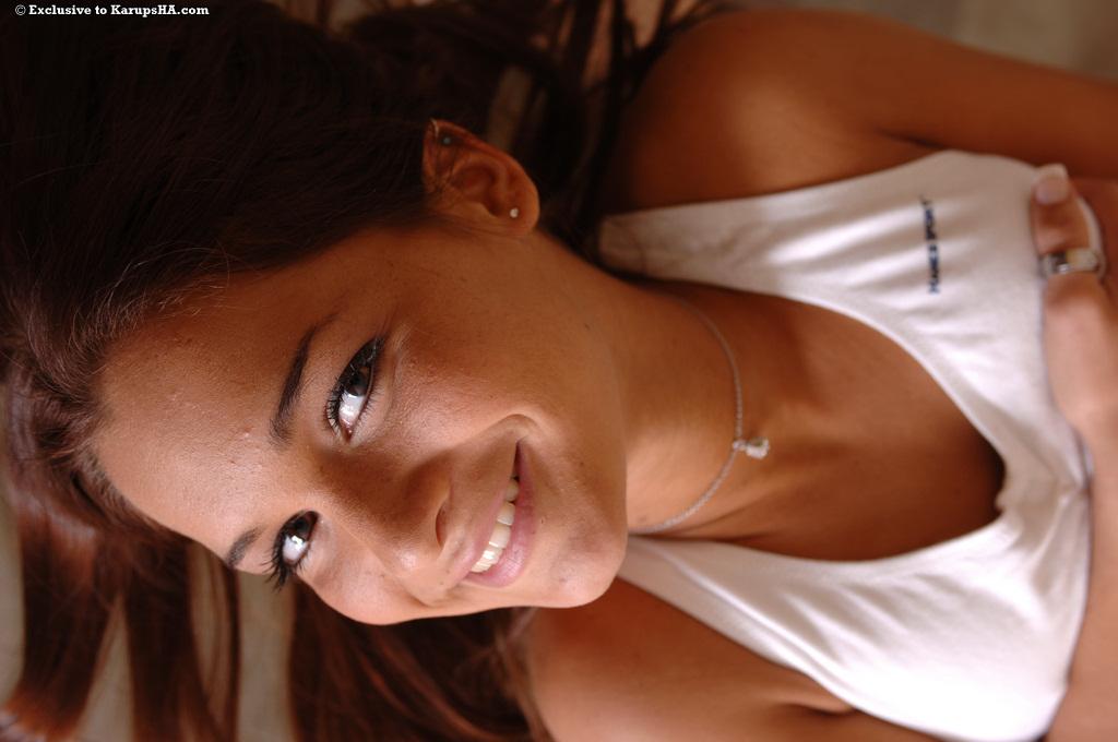 Спортивная красотка Isabella Summers с гладкой киской позирует голой на столе