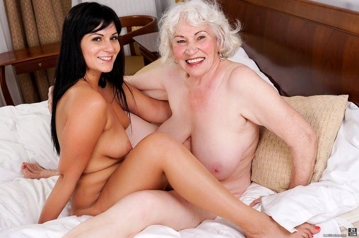 Бабушка лесбиянка с внучкой проделывает в голом виде чудеса ебли
