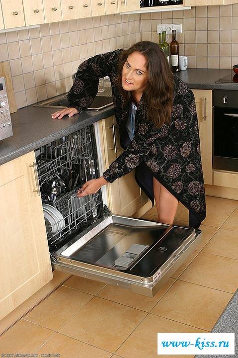 Домохозяйка облизывает сиськи на кухне (эротика)