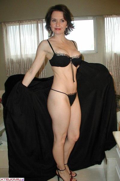 Сексуальная женщина мастурбирует клитор и позирует на камеру