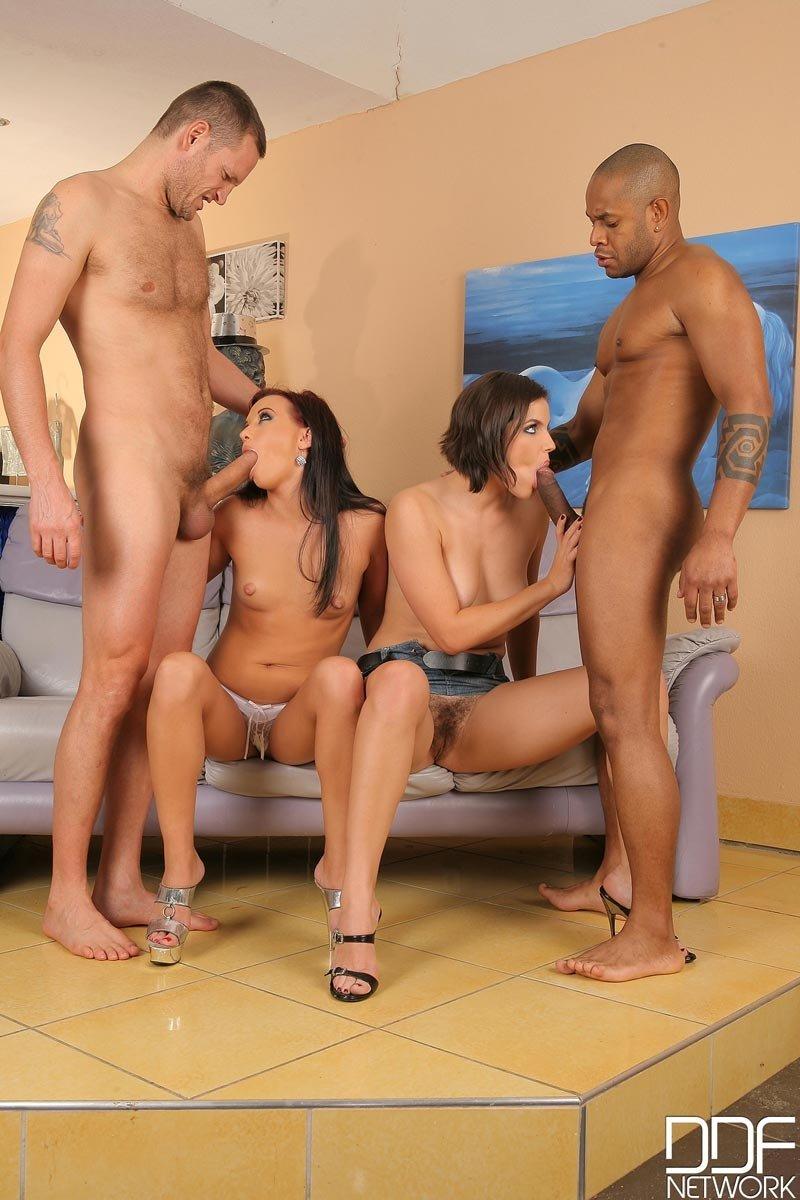 Две красивые подружки поочередно получают большой член в свои анальные дырочки