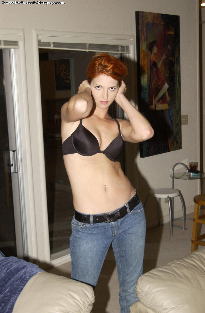 Lydia West снимает свои обтягивающие джинсы с трусиками