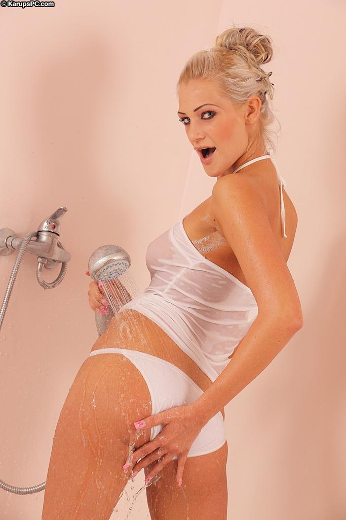 Стройная блондинка с гладкой киской Laryne Laroche снимает свое мокрое нижнее белье под душем