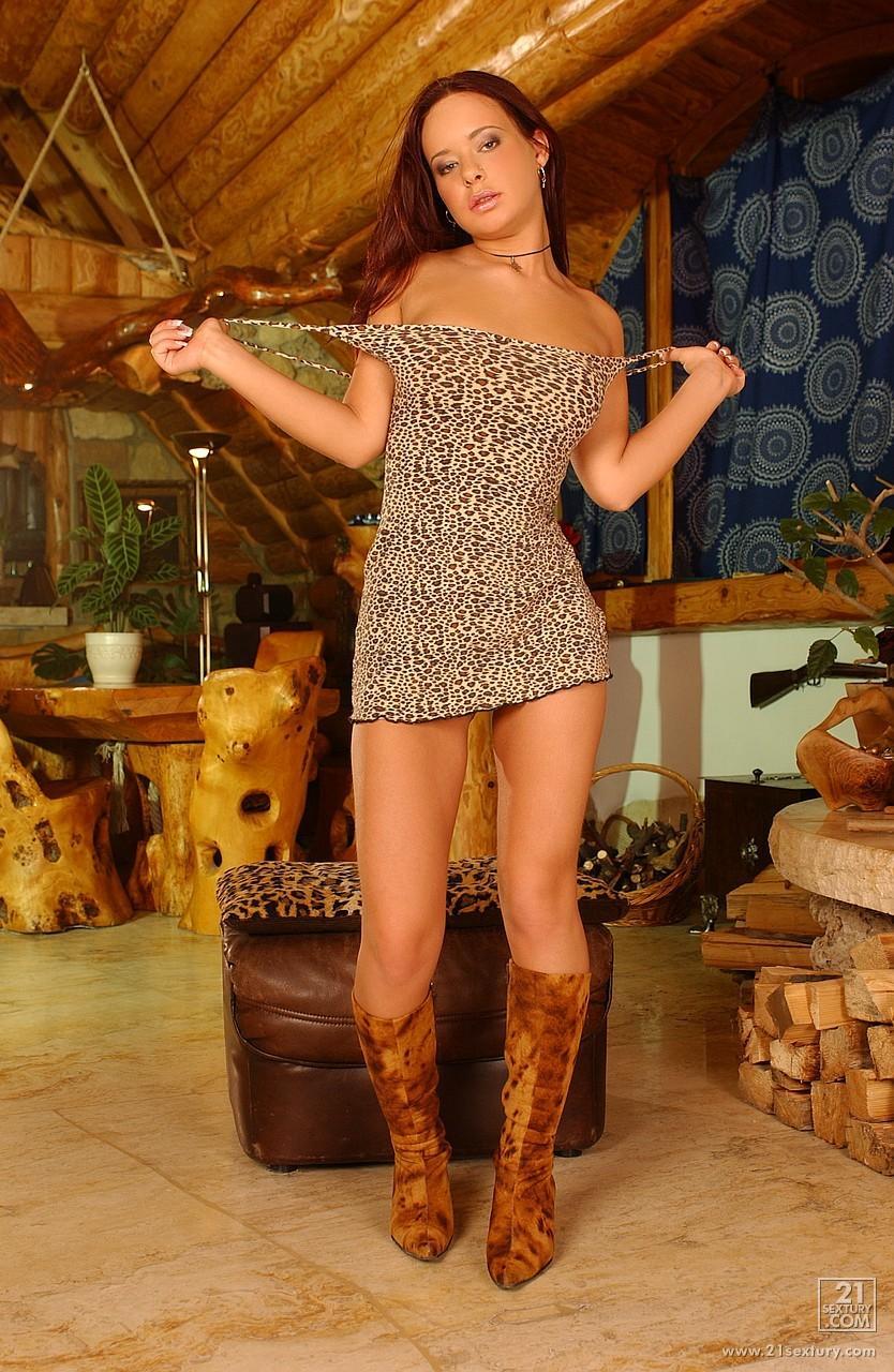 Очаровательная красотка в сексуальных сапогах Mirella снимает платье и трусики