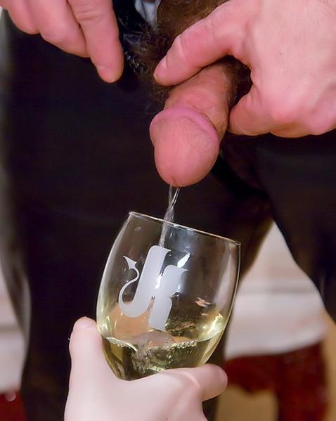 Групповой секс, где партнеры пьют мочу друг у друга