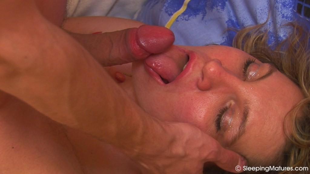 Парень разбудил спящую женщину, преподнеся свой хуй ей под нос