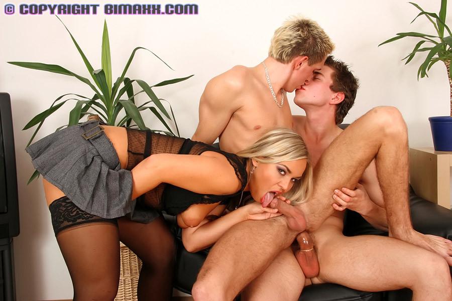 Парни бисексуалы трахаются с красивой телочкой, но не упускают возможности отодрать попки друг друга