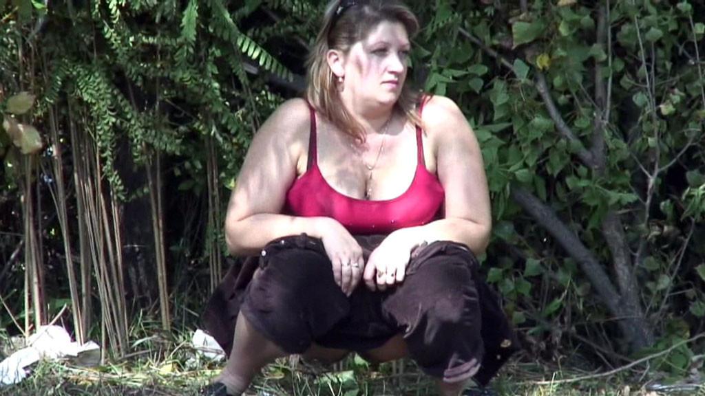 Толстуха ссыт в лесу