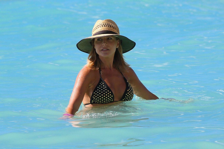 Джули Бенц засняи на пляже, когда она купалась в море, затем вышла обсыхать на берег в своем бикини