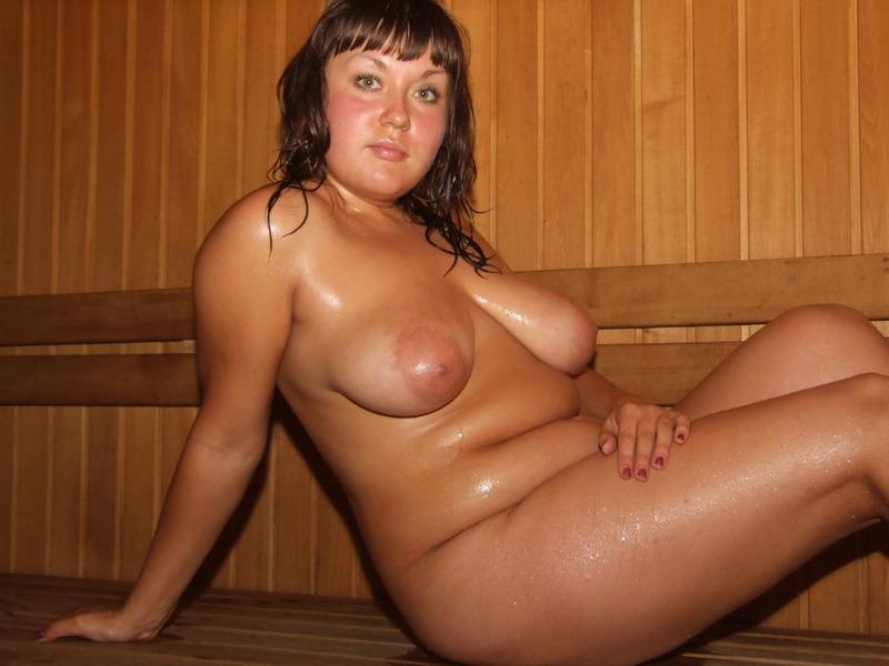 Полноватая женщина расшалилась в бассейне и на суше
