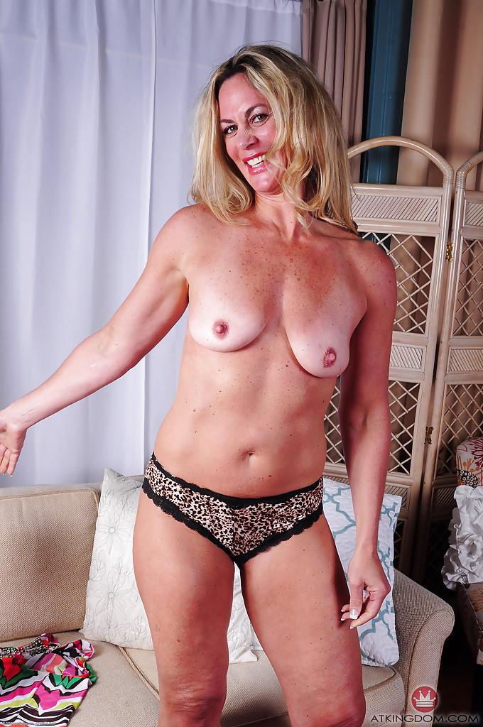 Зрелая блондинка Sydney раздевшись лежит голая на диване