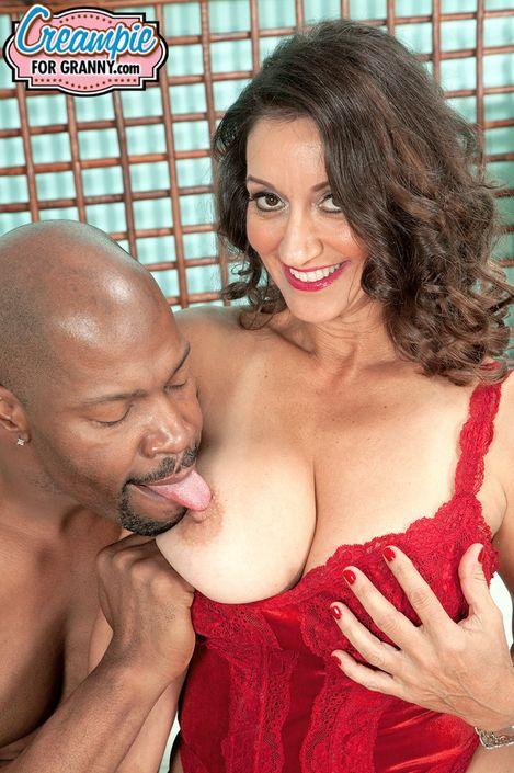 Зрелая мадам в закрытом красном купальнике порется в свою волосатую киску пока ее не заполнят спермой